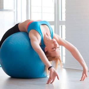 Упражнения с фитболом на все группы мышц: программа тренировок на неделю