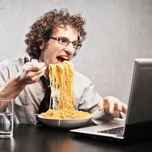 Почему нельзя есть за компьютером