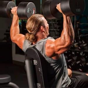 Упражнения на плечи с гантелями: программа тренировок