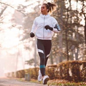 В чем бегать осенью на улице: правила бега в прохладную погоду